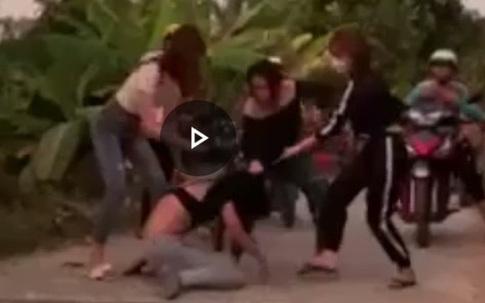 Nữ sinh lớp 7 bị bạn dùng vũ lực xâm hại, sau đó bị 30 người vây đánh ghen dã man