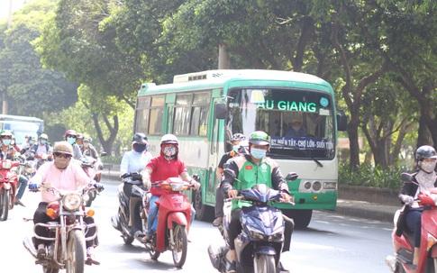 """Muôn kiểu """"trốn"""" nắng của người Sài Gòn"""
