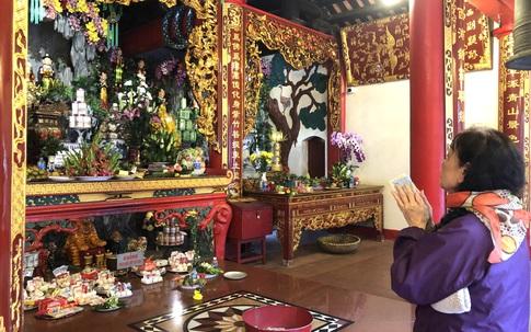 Hà Nội: Đền, chùa vắng vẻ sau giãn cách, nhiều người vô tư bỏ khẩu trang