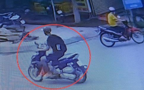 Tài xế GrabBike bị khách thủ dao đâm trọng thương, cướp xe giữa ban ngày