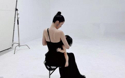 Trong khi bộ ảnh gia đình bị chê tơi tả thì khoảnh khắc hậu trường này của Đông Nhi và con gái lại gây xúc động