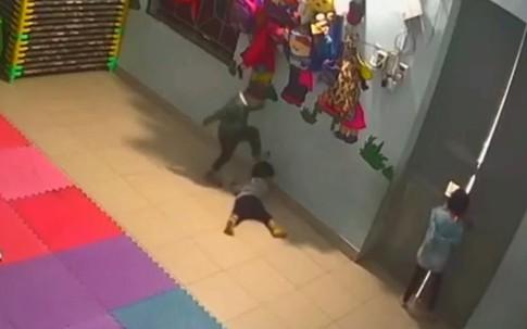 Bé gái bị đánh bầm dập trong lớp: Cô giáo giải trình gì?
