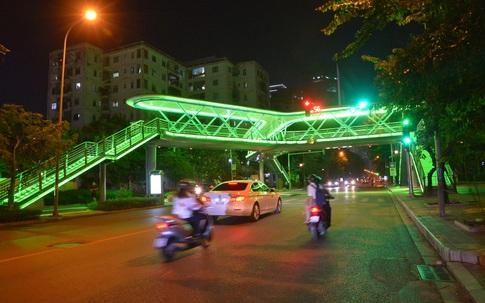 Hà Nội: Ngỡ ngàng vẻ đẹp lung linh, rực rỡ của cây cầu vượt chữ Y