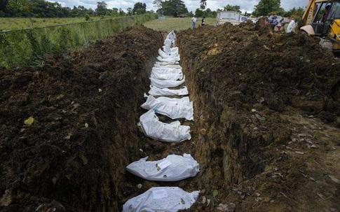 """Nhói lòng bức ảnh mộ tập thể 15 thi thể người di cư chết lúc băng rừng đến Mỹ, """"miền đất hứa"""" chưa thấy đã lại về với đất mẹ"""