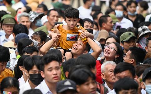 Biển người chen chân dưới nắng nóng tại lễ hội Đền Hùng