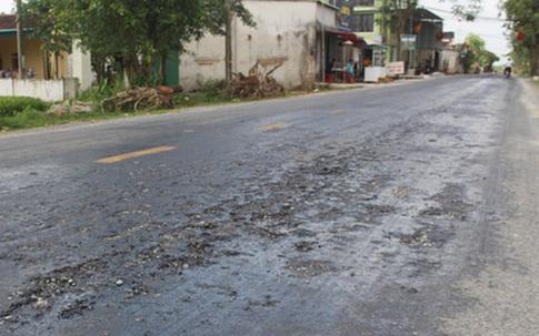 """Quốc lộ vừa làm xong mặt đường đã... """"tan chảy"""" thành từng mảng"""