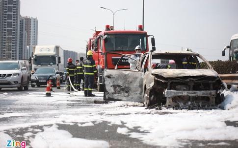 Ôtô bốc cháy, đường cao tốc Pháp Vân - Cầu Giẽ ùn tắc 4 km