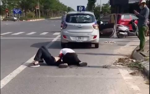 Công an xã dửng dưng sử dụng điện thoại không giúp lái xe taxi khống chế tên cướp: Đáng chê trách!