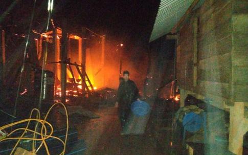 Nhà dân bốc cháy dữ dội trong đêm, 2 người thương vong