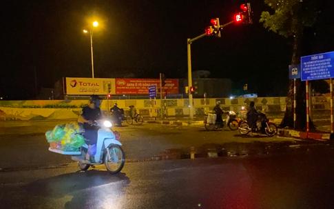 """Hà Nội: Chợ Long Biên đóng cửa, """"chợ tạm di động"""" xuất hiện, hoạt động bất chấp dịch bệnh"""