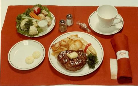 Những bữa ăn trên máy bay từng thịnh soạn đến mức nào?