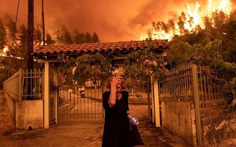 MXH lan truyền chóng mặt bức ảnh cụ bà ôm ngực bất lực trước đám cháy đỏ rực, chuyện bi thảm gì đã xảy ra mà đau đớn đến vậy?