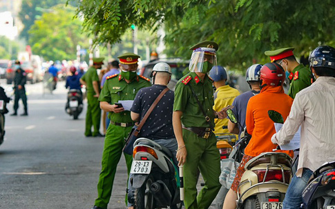 """Hà Nội: Nam thanh niên tự làm giấy đi đường giả để """"qua mặt"""" lực lượng chức năng"""