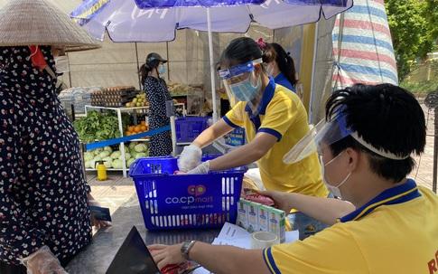 Hà Nội: Người dân xúc động khi đến 'Siêu thị mini 0 đồng'