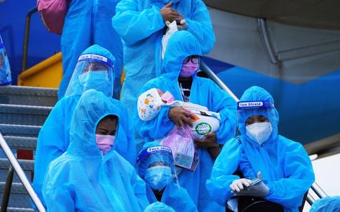 """""""Chuyến bay nghĩa tình"""" đưa gần 400 thai phụ, trẻ em từ các tỉnh phía Nam về Quảng Bình"""