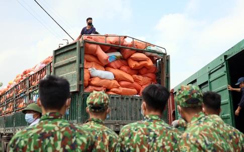 """300 tấn gạo, mỳ tôm, bí xanh chuẩn bị """"lăn bánh"""" đến các tâm dịch miền Nam"""