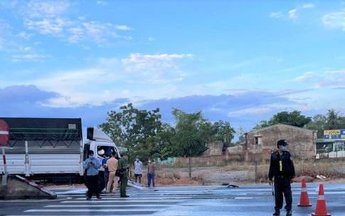 Xe tải tông vào dải phân cách, 2 thanh niên chết thảm