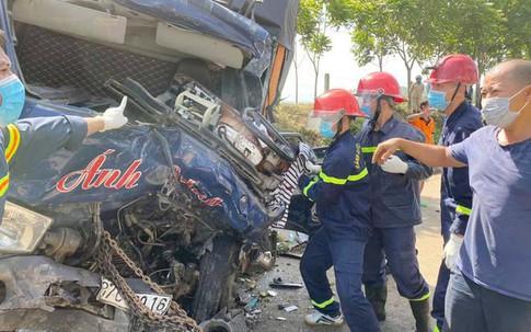 Dùng máy xúc phá cabin, đưa thi thể tài xế mắc kẹt sau tai nạn ra ngoài