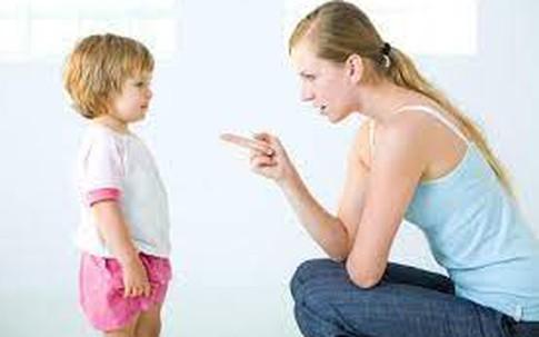 Biết con dùng móng tay bấm hỏng những quả táo ngon lành của bà bán hàng, người mẹ đã có hành động khác người để con không tái phạm