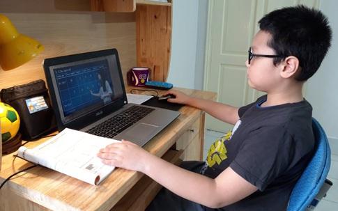 """Phụ huynh """"loay hoay"""" bố trí thiết bị học trực tuyến, hiệu trưởng lo học sinh bị tật khúc xạ"""