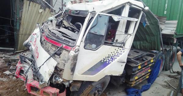 Xe đầu kéo container tông sập 6 nhà dân, nhiều người thoát chết
