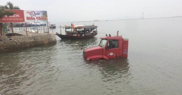 """Hy hữu: Xe container trượt bánh """"tắm"""" dưới vịnh Hạ Long"""