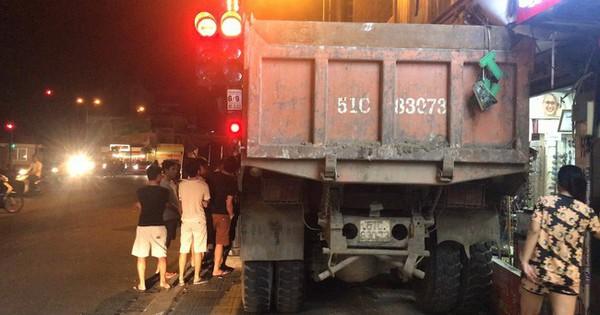 TP.HCM: Tài xế nhanh tay đánh lái khi xe tải mất phanh tại ngã tư đèn đỏ, nhiều người thoát chết trong gang tấc