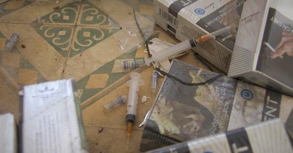 Bơm kim tiêm vương vãi trong trường chuyên bỏ hoang