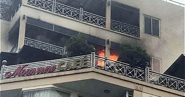 Khách sạn giữa phố cổ Hà Nội bốc cháy, nhiều du khách tháo chạy