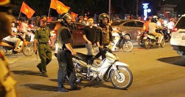 Cảnh sát được trang bị súng đảm bảo an ninh sau trận chung kết Việt Nam – Malaysia