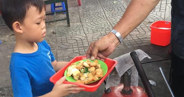 Cậu bé bồi bàn 4 tuổi ở Sài Gòn khiến khách hàng bất ngờ