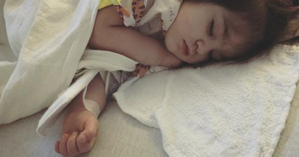 Mẹ phát hiện con mắc bệnh Kawasaki nguy hiểm dù bác sĩ kết luận chỉ là sốt vi rút nhờ dựa vào điều này