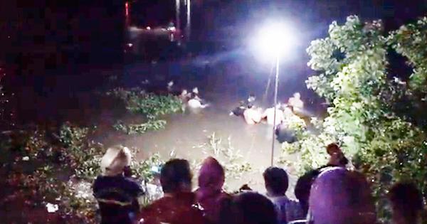 """Xe máy """"kẹp"""" 4 ôm cua lao xuống sông trong đêm, 2 người tử vong"""