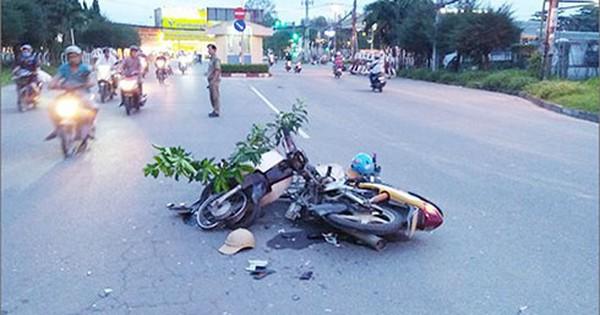 """Xe máy """"đấu đầu"""" dính chặt trên đường khiến 2 người nhập viện"""