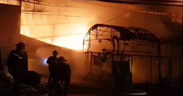 Cứu 4 người kẹt trong đám cháy lớn ở cơ sở trang trí nội thất