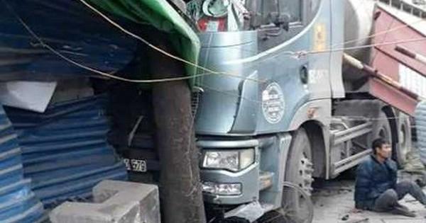Người đàn ông bò ra khỏi gầm xe bồn sau tai nạn