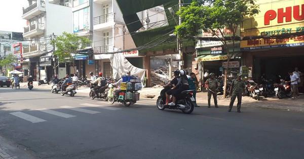Biển quảng cáo đổ sập ở Sài Gòn, nhiều người chạy thoát thân