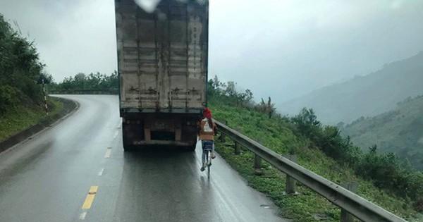 """Kinh hãi nữ sinh đi xe đạp """"liều mạng"""" bám tay vào đuôi container khi vượt đèo"""