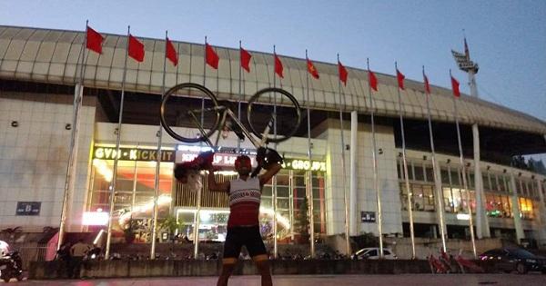 Fan cuồng Thái Lan: Đạp xe 1400km trong 7 ngày tới Hà Nội xem đại chiến Việt Nam – Thái Lan