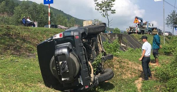 Ôtô văng xuống vệ đường sau cú tông của xe bồn