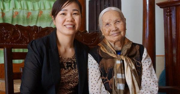 Mẹ Văn Toản kể chuyện cấm con chơi bóng và chuyến thăm nhà giữa khuya
