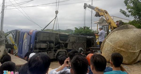 Hiện trường xe khách tông sập nhà dân, 38 người bị thương