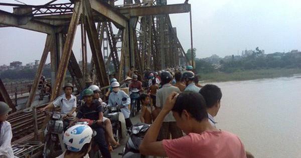 Thực hư thông tin đứng hóng mát cầu Long Biên, mẹ bế đứa lớn, đứa bé rơi xuống sông