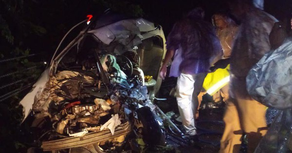 Hai thi thể kẹt trong chiếc ôtô va chạm với xe giường nằm
