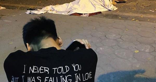 Hình ảnh đau xót: Con trai nữ công nhân môi trường gục khóc bên thi thể mẹ vụ ô tô tông liên hoàn ở Hà Nội