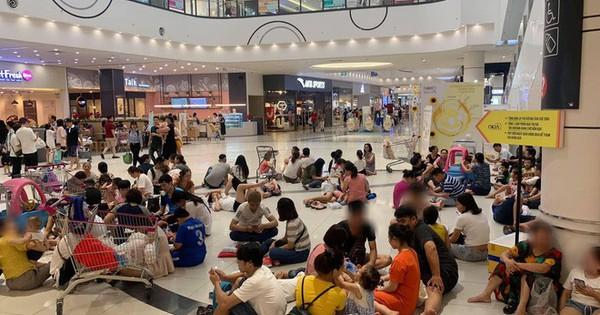 Bức ảnh hàng chục người mang đồ ăn, nằm ngồi giữa TTTM ở Hà Nội để trốn nóng gây bức xúc