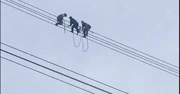 Giải cứu nam thanh niên ngồi vắt vẻo trên đường dây điện cao thế