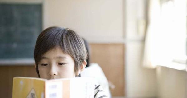 11 dấu hiệu trẻ cần đi khám mắt cha mẹ thường bỏ qua