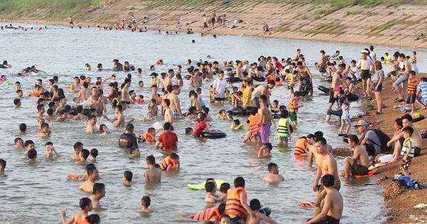"""Hà Nội nóng rát, """"bãi biển"""" ngoại thành ngàn người tắm mát"""