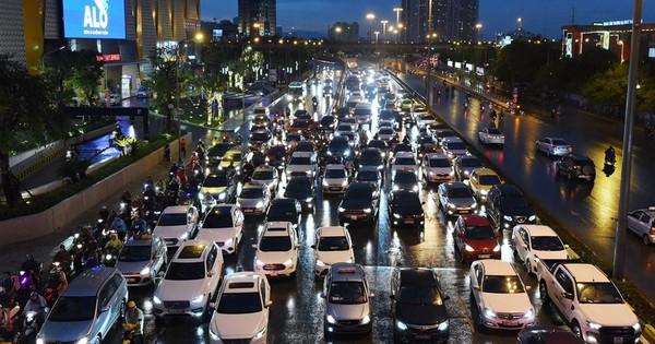 Các ngả đường Hà Nội rối loạn giao thông sau mưa